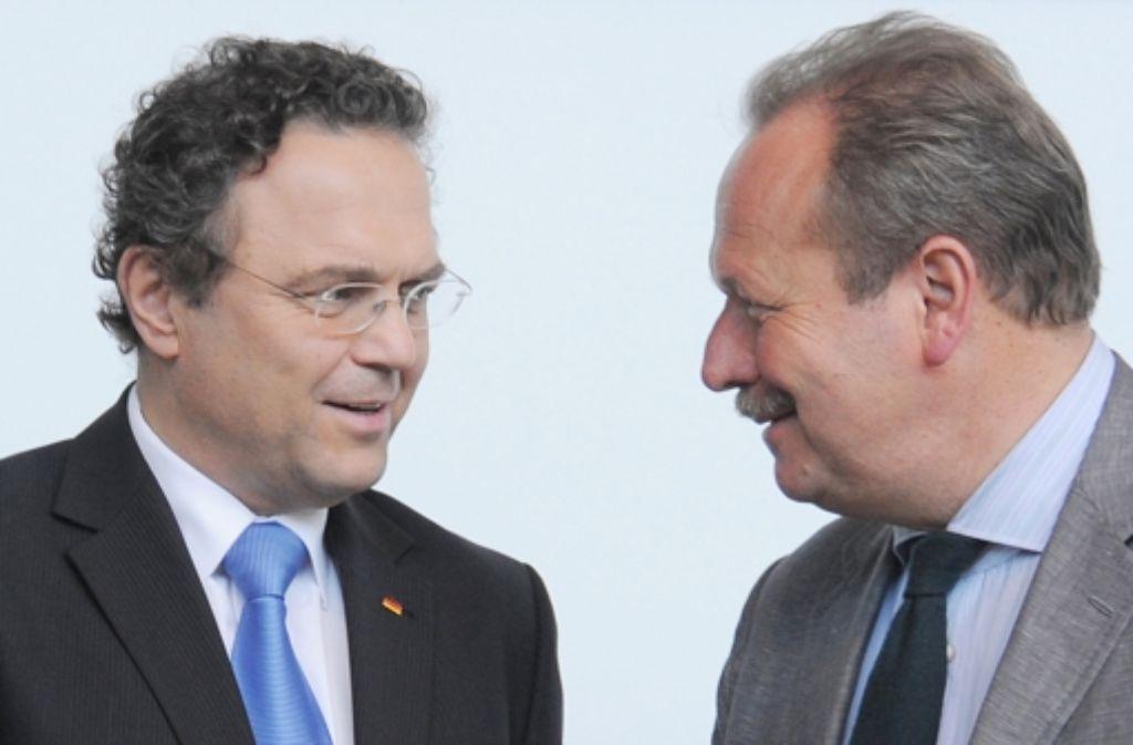 Hans-Peter Friedrich (links) und Frank Bsirske verhandeln hart, aber fair. Foto: dpa-Zentralbild