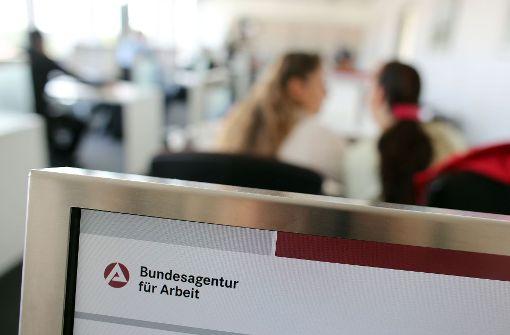 Arbeitslosigkeit sinkt mit Herbstaufschwung stärker als üblich