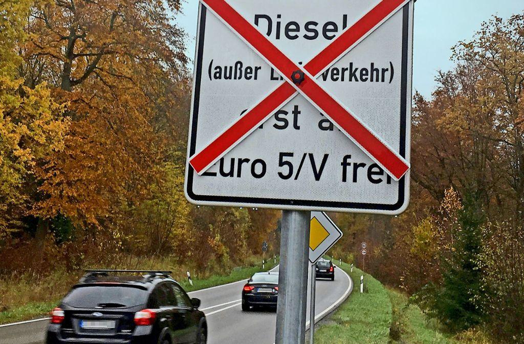 Die ersten Schilder zum Fahrverbot stehen, und die Stadt berät zu Ausnahmen. Foto: K. Schwarz