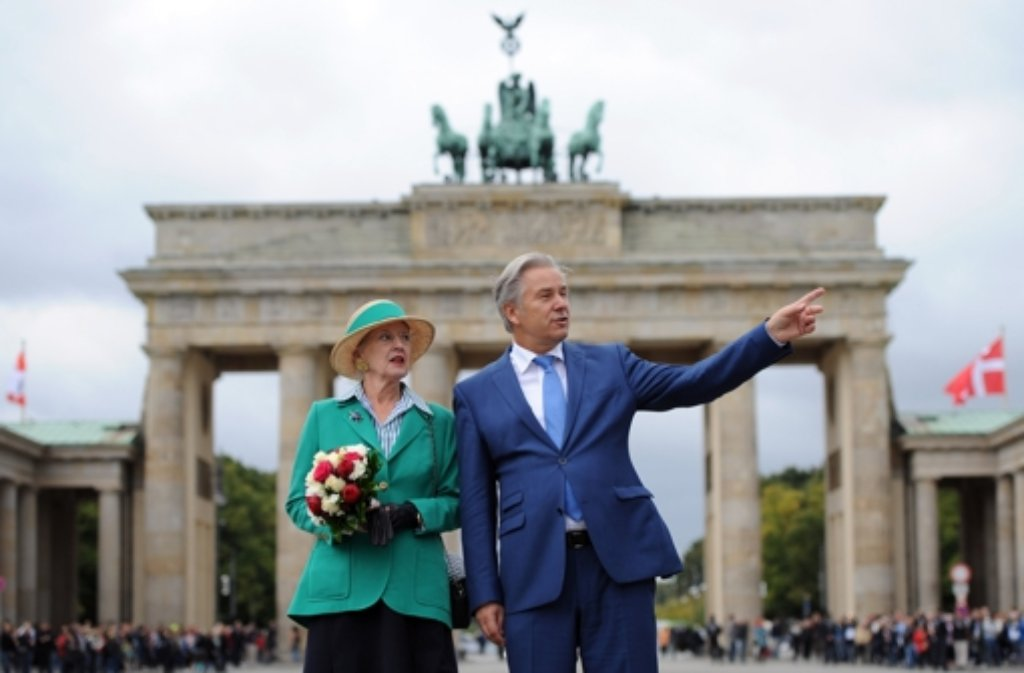 Die dänische Königin Margrethe II. machte mit Bürgermeister Klaus Wowereit einen Spaziergang zum Brandenburger Tor.  Foto: dpa
