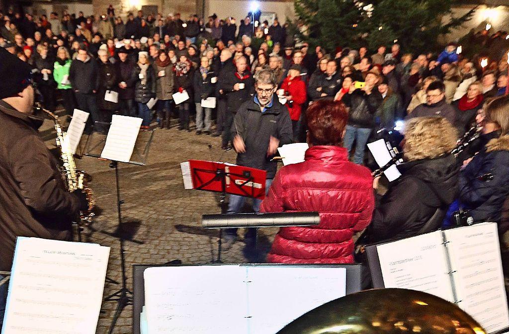 Posaunenchor und Lyra begleiten die stimmungsvolle Feier in Eltingen. Foto: factum/Granv.
