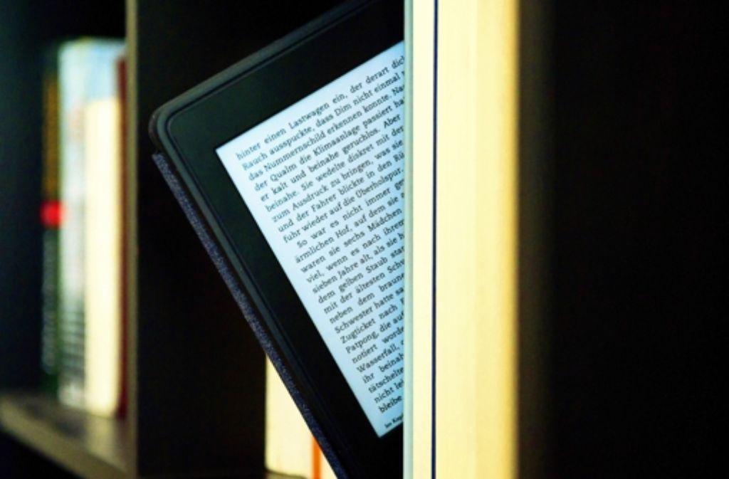 Ganze Bibliotheken finden in einem E-Book-Reader Platz.  Die Frage ist nur,  woher stammen sie? Foto: dpa