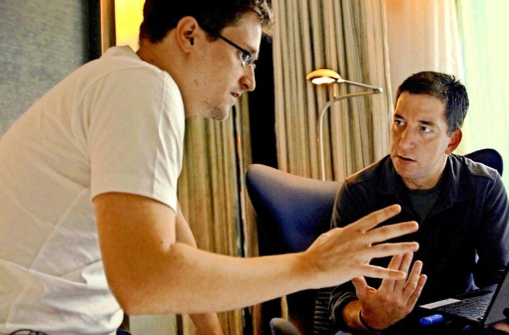 Edward Snowden und Glenn Greenwald (rechts) 2013 in einem Hotelzimmer in Hongkong. Foto: Verleih