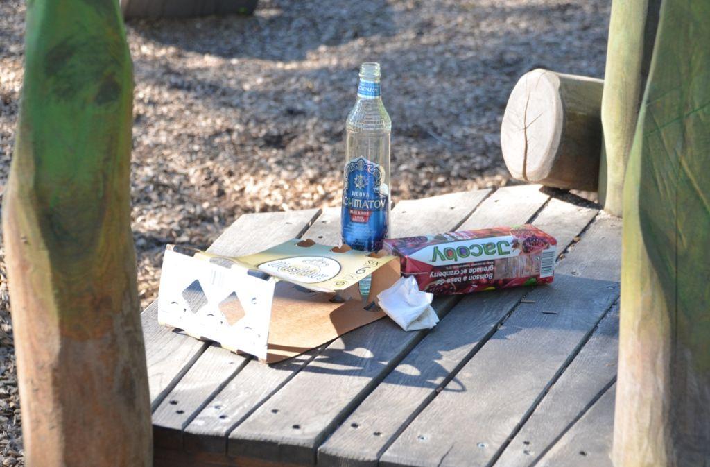 Leere Flaschen, Saft- und Sixpack-Kartons sammeln sich am Spielplatz. Foto: Sandra Hintermayr