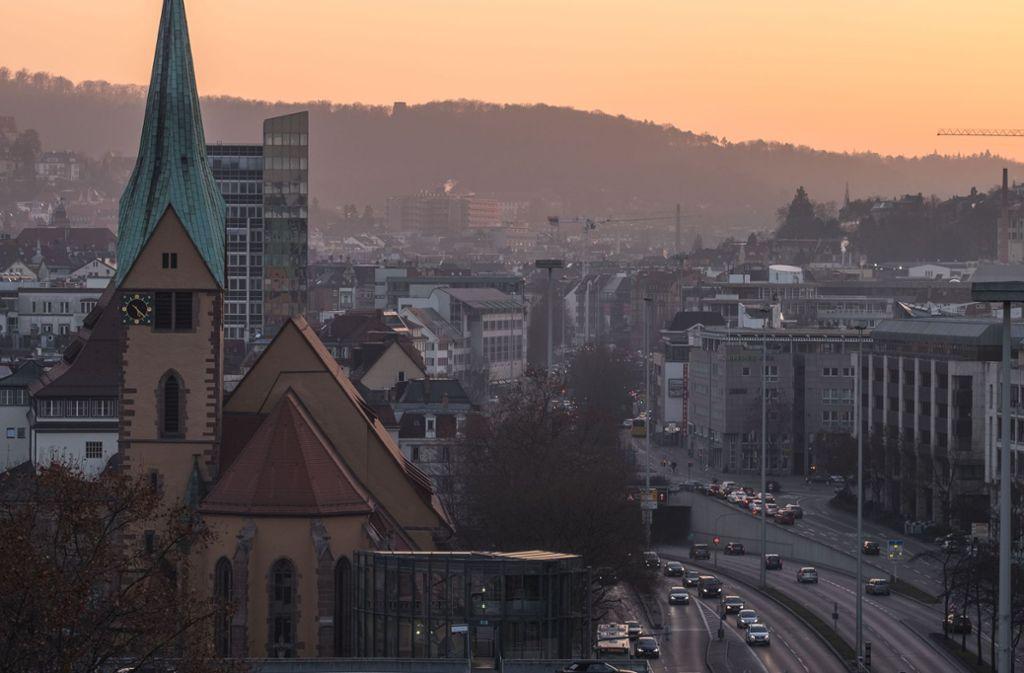 Blick auf die Leonhardskirche. Im Bereich dahinter wird bisweilen offen gedealt. Foto: Lichtgut/Max Kovalenko