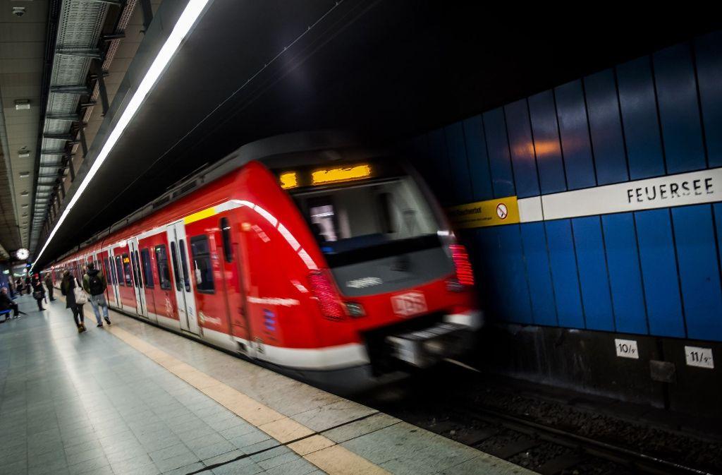 In einer S-Bahn wird ein 25-Jähriger geschlagen und getreten. Foto: Lichtgut/Max Kovalenko