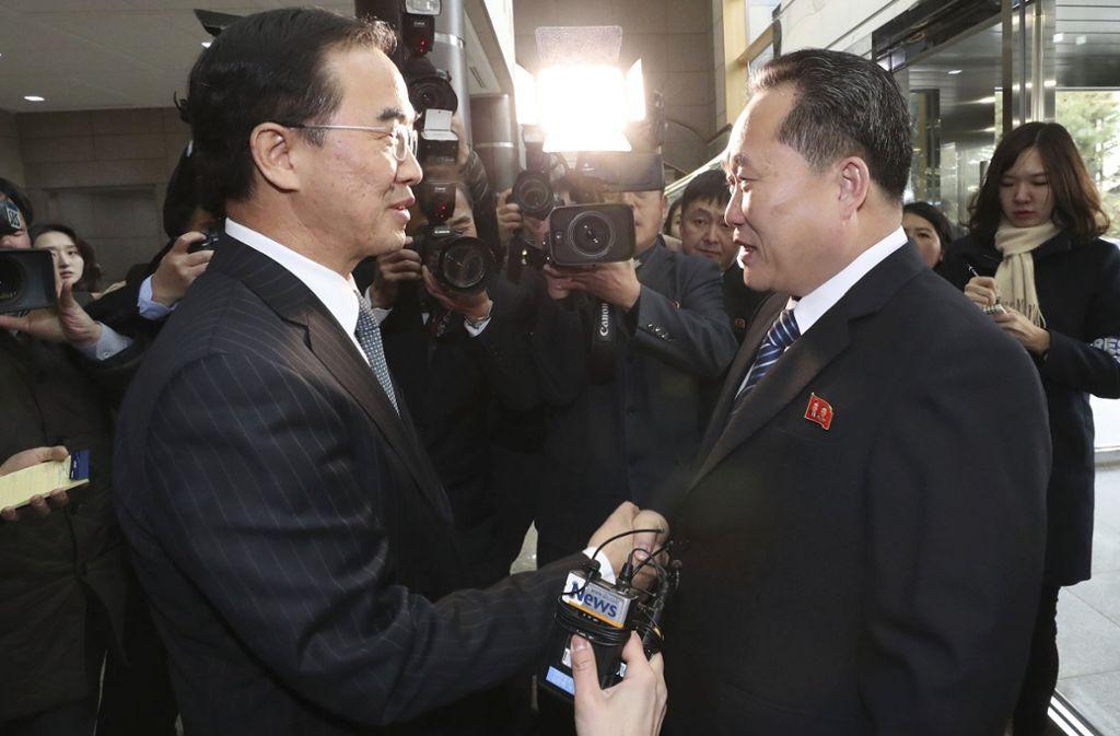 Südkoreas Vereinigungsminister und Delegationsleiter Cho Myoung Gyon (links) und sein nordkoreanischer Amtskollege Ri Son Gwon geben sich in Panmunjom, Südkorea, die Hand. Foto: KOREA POOL via Yonhap/AP