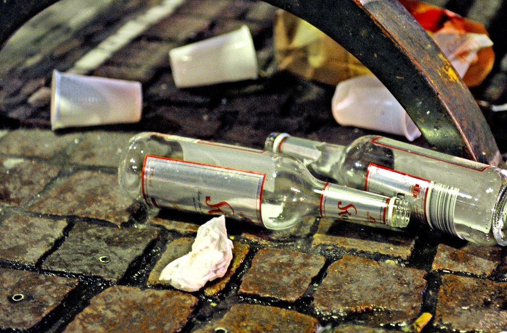 Müll, Lärm und auch Straftaten sind immer wieder die Folgen öffentlicher Trinkgelage. Von 2018 an sollen die Kommunen mehr Möglichkeiten haben, dagegen vorzugehen. (Symbolfoto) Foto: dpa