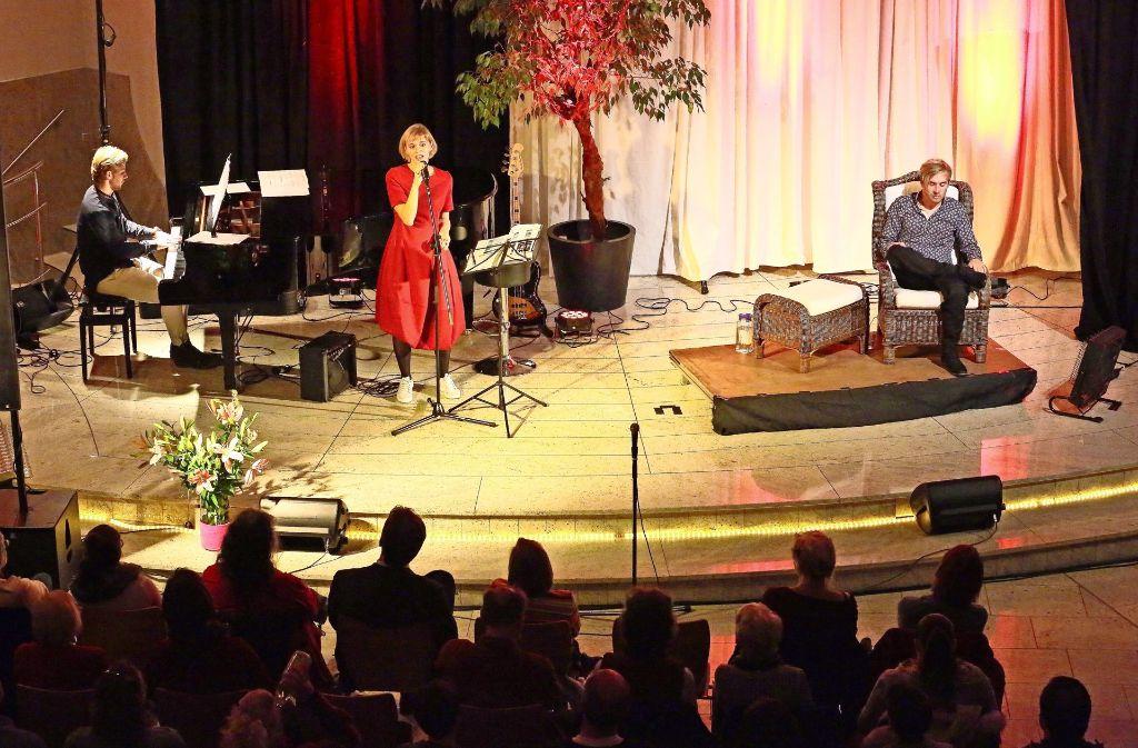 Bei Samuel Kochs Musiklesung begleitet ihn seine Frau Sarah Elena als Sängerin, sein Bruder Jonathan spielt Klavier. Foto: M. Söffler