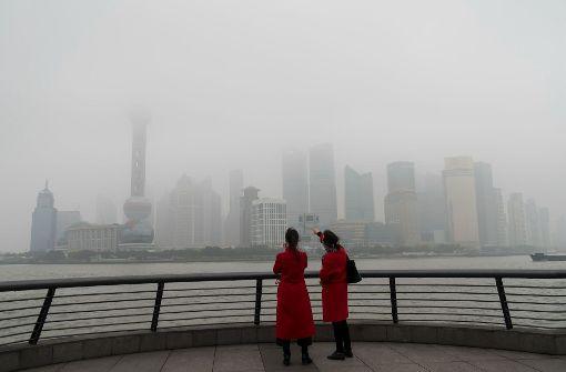Dichter Smog verhüllt am 17. Februar 2017 die Innenstadt von Shanghai (China). Foto: Wang Gang/SIPA Asia/dpa