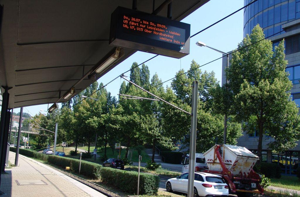 An der Haltestelle Löwentorbrücke muss in den nächsten Wochen die Straße überquert werden. Foto: Friedl