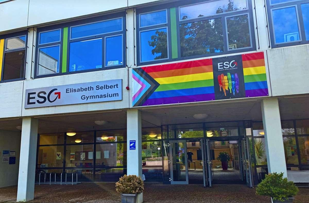 Die Regenbogen-Fahne am Eingang des Elisabeth-Selbert-Gymnasiums in Filderstadt. Foto: /Fabian Raub/cf