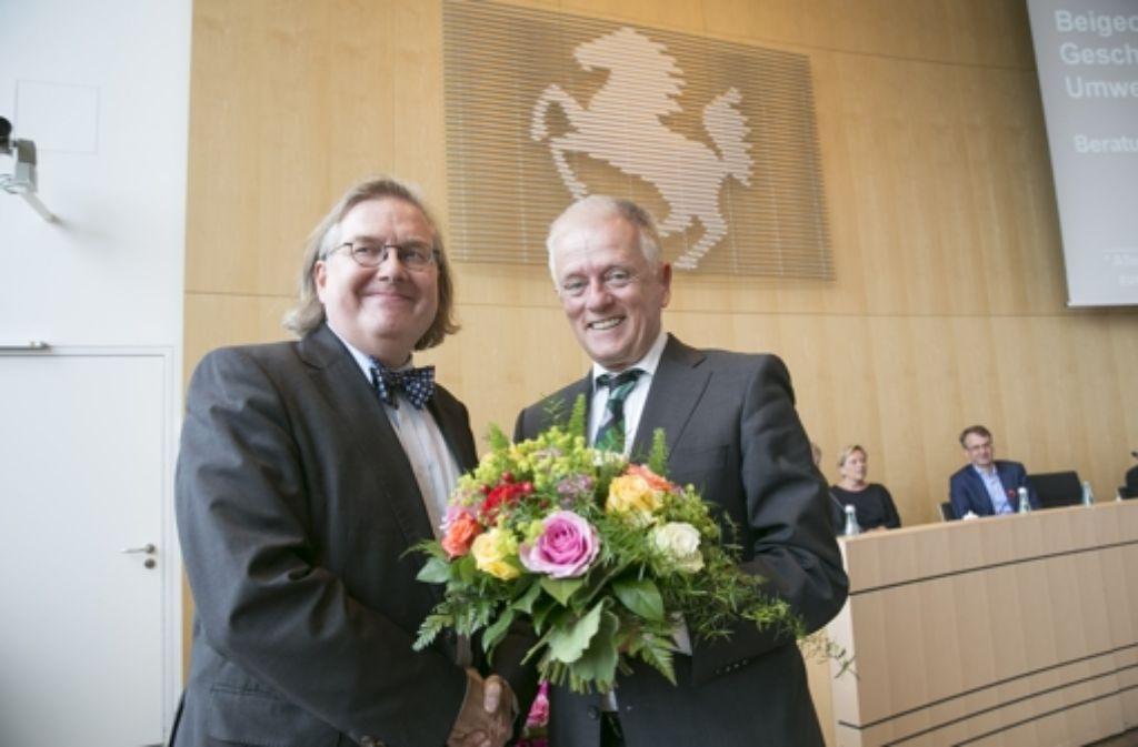 Von Oberbürgermeister Fritz Kuhn (rechts) gab es für den neuen Bau- und Umweltbürgermeister Peter Pätzold einen Blumenstrauß. Foto: Lichtgut/Leif Piechowski