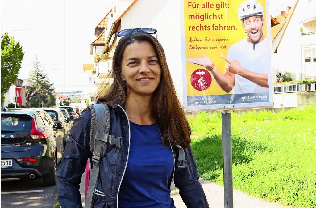Runter vom Sattel für eine kurze Pause in der Wielandstraße: Die Stuttgarter Fahrradbeauftragte Eva Adam lebt in  Fellbach . Foto: Brigitte Hess