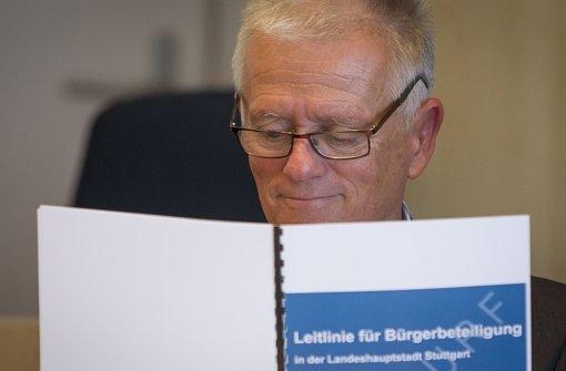 """Grün-Rot inszenierte sich von Anfang an als """"Bürgerregierung"""" mit dem Willen zu einer """"Politik des Gehörtwerdens"""". Die direkte Demokratie zu stärken, gelang aber nur in Maßen. Der Stuttgarter OB Fritz Kuhn (Grüne) hält die  Leitlinien für die Landeshauptstadt in Händen. Foto:"""