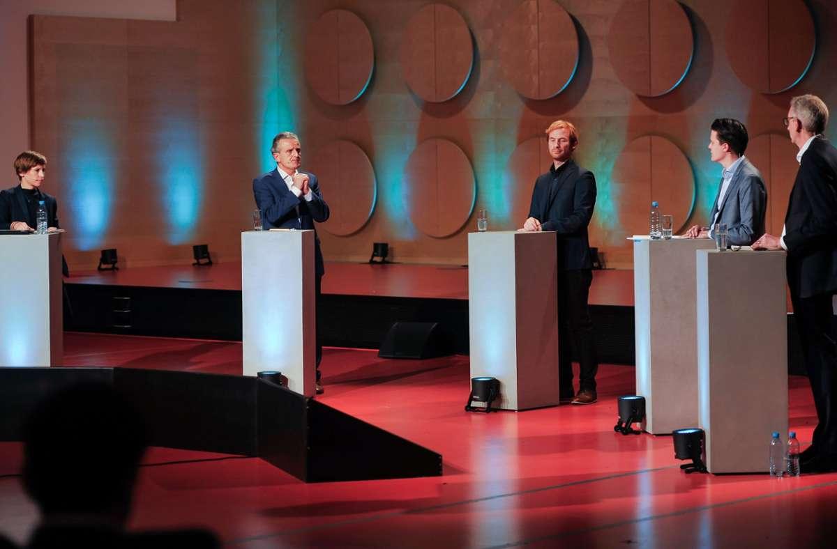 Die Kandidaten Nopper, Rockenbauch und Schreier (v. li.), eingerahmt von den Moderatoren Swantje Dake (ganz links) und Joachim Dorfs. Foto: Lichtgut/Max Kovalenko