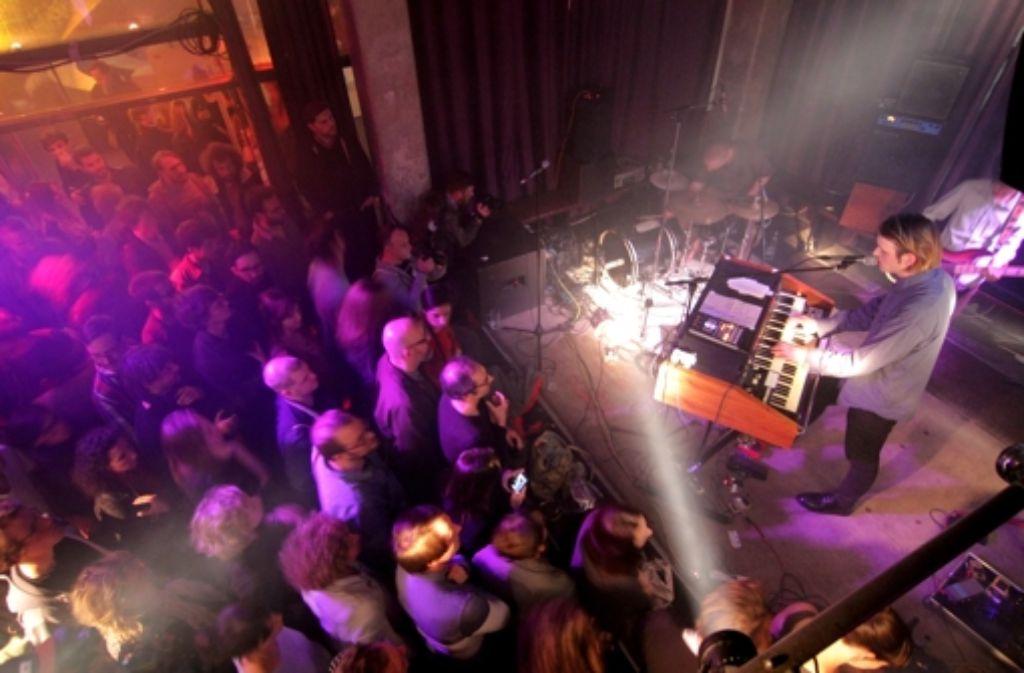 Levin goes lightly ist jetzt eine Band, er steht hinter einer Farfisa-Orgel und füllt bei seiner Release-Party den Club Schocken. Weitere Bilder vom Mittwochabend zeigt die folgende Fotostrecke. Foto: Jan Georg Plavec