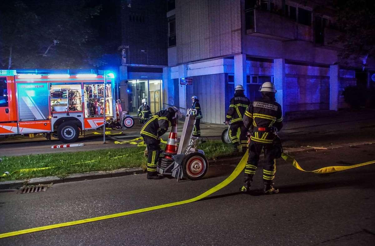 Großeinsatz in der Sindelfinger Sommerhofenstraße: Besorgte Nachbarn haben wegen starker Rauchentwicklung die Feuerwehr gerufen. Foto: SDMG/Dettenmeyer