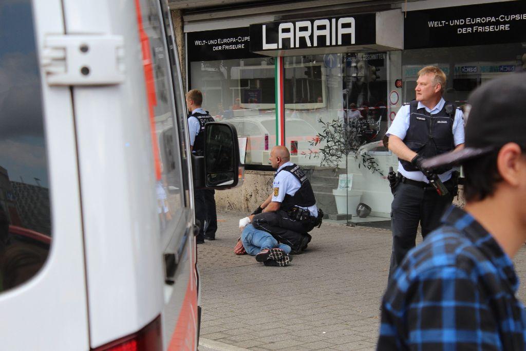 Die Polizei nimmt in Reutlingen einen Mann fest.  Foto: 7Akteull/Walter Zahn