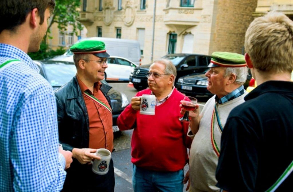 Bei einem kühlen Bier pflegt sich die Nachbarschaft am Besten. Foto: Martin Stollberg
