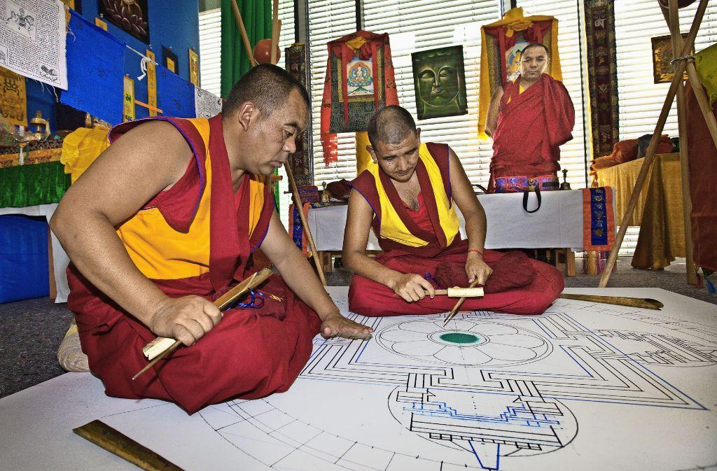 Fingerfertig und konzentriert widmen  sich die Inder im Göppinger Christophsbad ihrer diffizilen Aufgabe. Foto: Ines Rudel