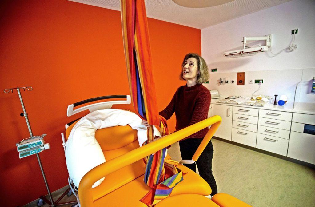 Die Leitende Hebamme, Elfriede Lochstampfer, im neuen Kreißsaal Foto: Lichtgut/Leif Piechowski
