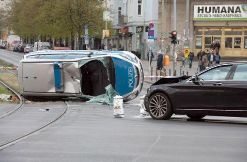 Polizeiauto überschlägt sich – Drei Beamte verletzt