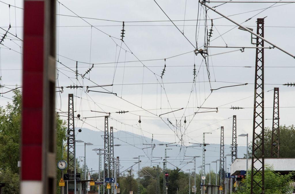 Die Oberleitung am Bahnhof in Waiblingen wurde am Dienstag von einem Bagger beschädigt. (Symbolbild) Foto: dpa
