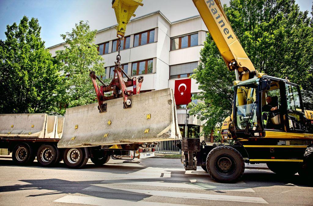 Zur Sicherheit wird vor dem Wahllokal in Zuffenhausen eine 90 Meter lange Betonwand aufgebaut. Foto: Lichtgut/Leif Piechowski