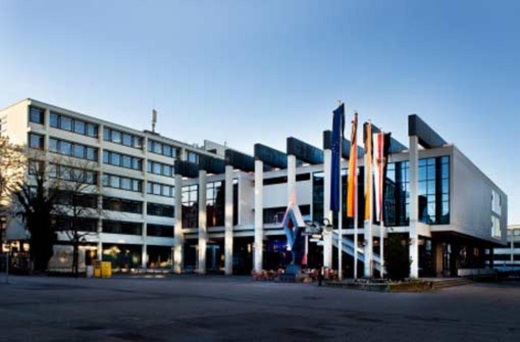Das Rathaus-Ensemble in Reutlingen: die Verwaltungstrakte, die das Ratsgebäude flankieren, sollen nach den Vorstellungen der CDU-Fraktion weichen. Foto: Rose Hajdu