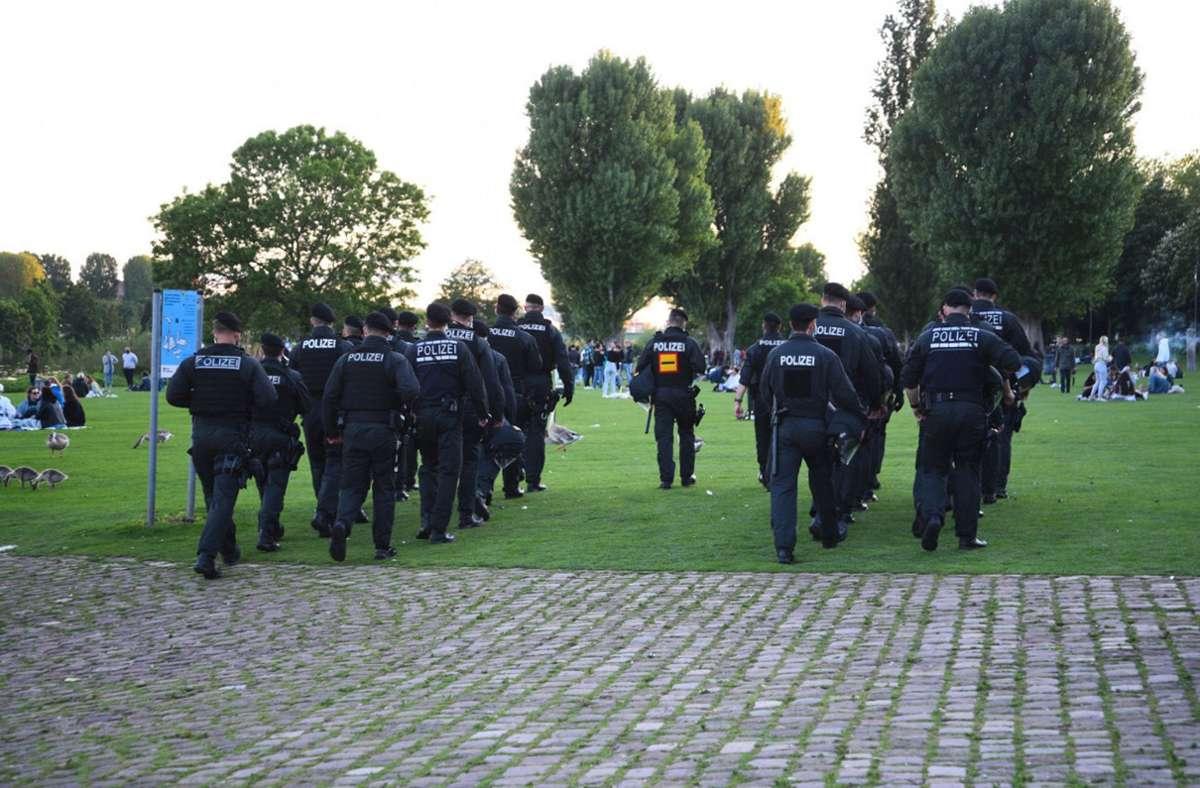 Polizeibeamte im Mai auf der Heidelberger Neckarwiese. Foto: dpa/Rene Priebe