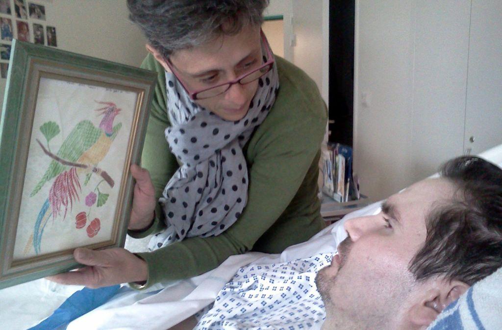 Das Foto von Juni 2014 zeigt  Vincent Lambert (r) und seine Mutter (ohne Namen) im Krankenhaus. Frankreichs wohl bekanntester Wachkoma-Patient ist nun tot. Foto: dpa