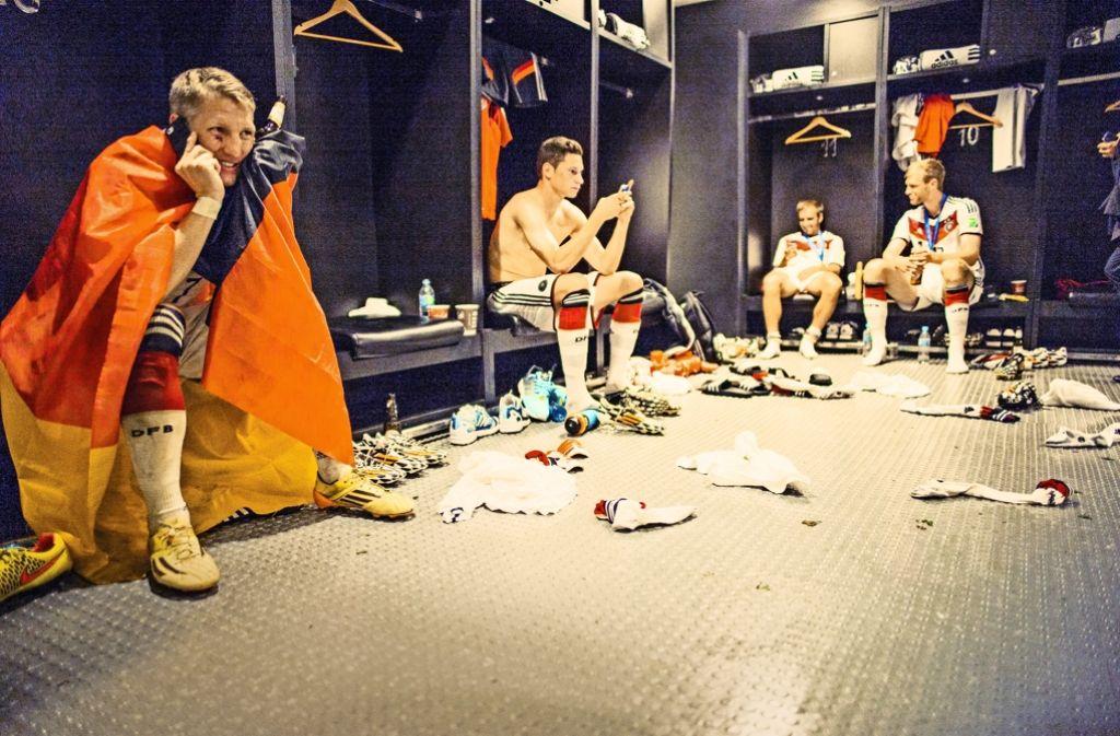 Aus der Kabine nach Hause telefonieren: keiner kam der Mannschaft nach dem Weltmeister-Titel so nahe wie Paul Ripke. Foto: Paul Ripke
