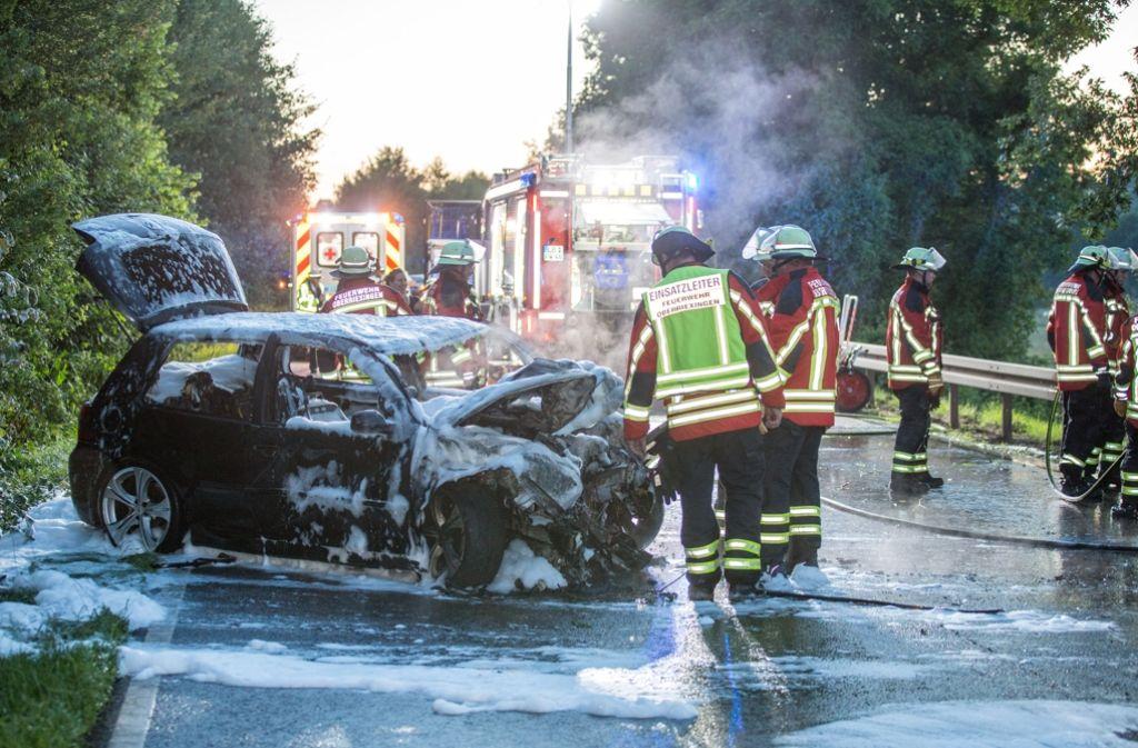 Die Feuerwehr muss den Brand löschen, weil das Auto Feuer fängt. Foto: 7aktuell.de/Adomat