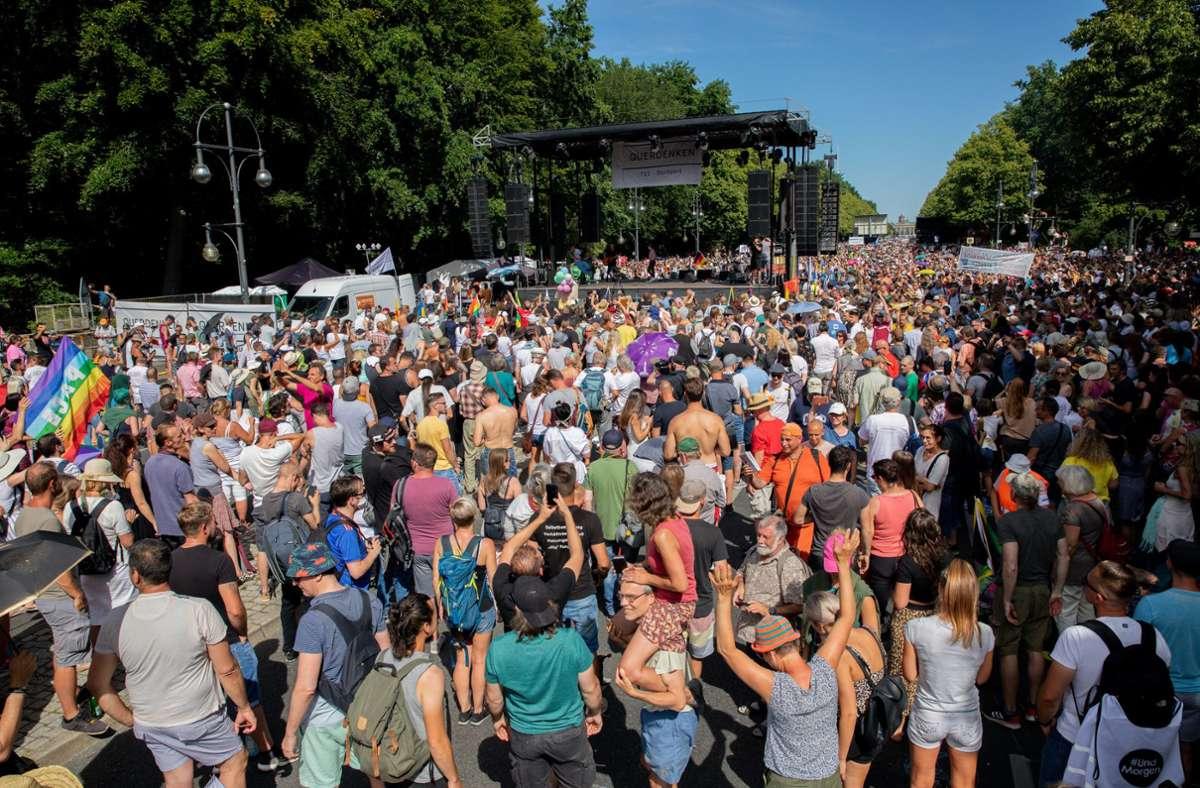 Mehrere tausend Menschen haben am Samstag in Berlin gegen die Corona-Maßnahmen demonstriert. Foto: dpa/Christoph Soeder