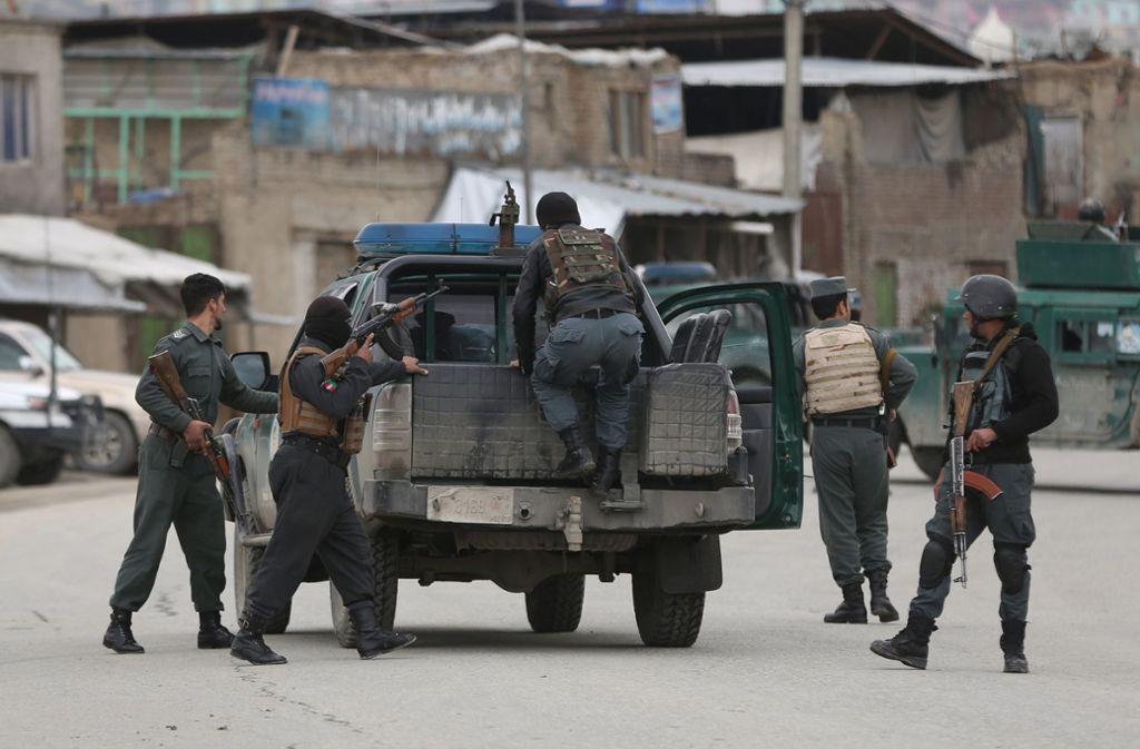 In Kabul haben mehrere Angreifer mindestens 150 Menschen als Geiseln genommen. Foto: AP/Rahmat Gul