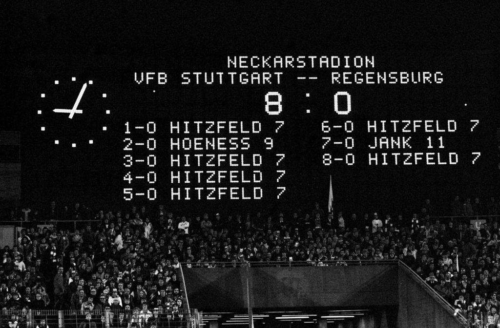 Die Anzeigetafel im Neckarstadion am 13. Mai 1977: Ottmar Hitzfeld trifft sechsmal gegen Regensburg. Foto: Baumann
