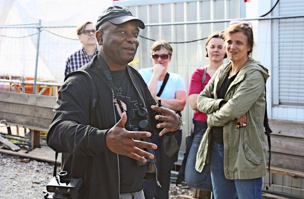 """David Lindo  schaut bei seinen Exkursionen zum   """"Urban Birding Foto: Christoph Kutzer"""