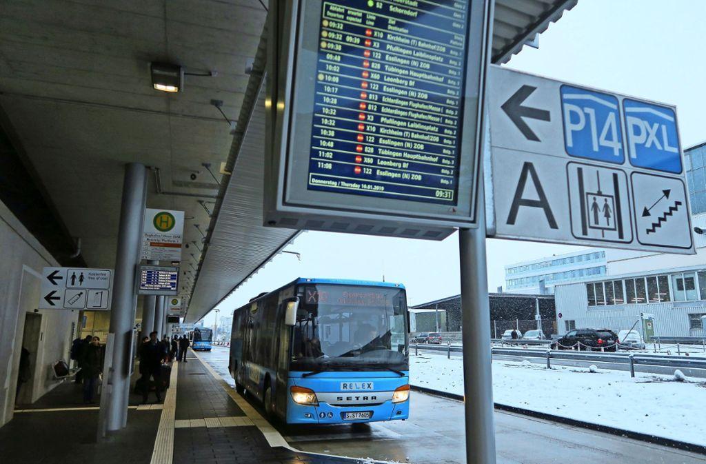 Busse sollen während der  S-Bahn-Sperrung Echterdingen, den Flughafen (im Bild)   und Bernhausen miteinander verbinden. Foto: Malte Klein