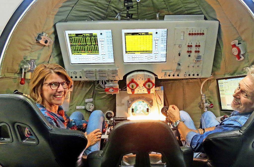Abheben mit Literatur: Bettina Böttinger und Frank Schätzing im Deutschen Zentrum für Luft- und Raumfahrt in Köln Foto: WDR
