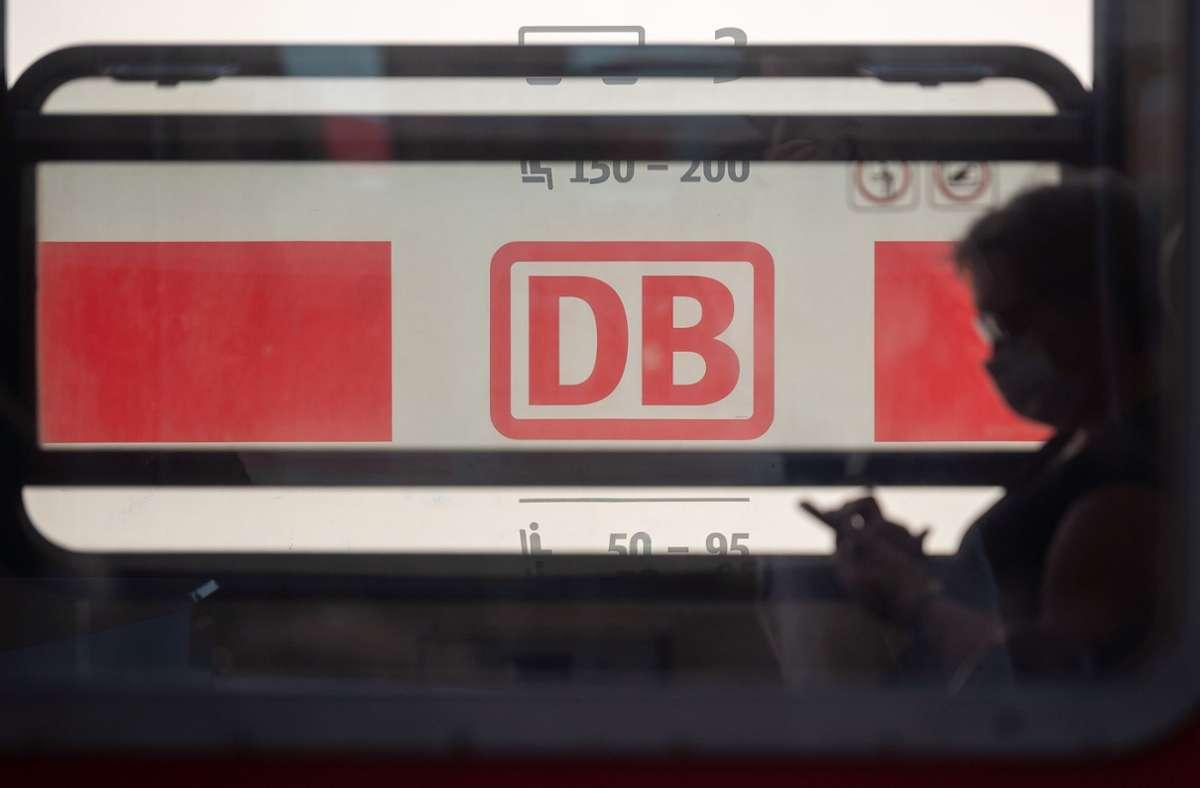 Im Kreis Ludwigsburg hat ein Mann zwei Fahrgäste in einem Zug angegriffen (Symbolbild). Foto: dpa/Sebastian Gollnow