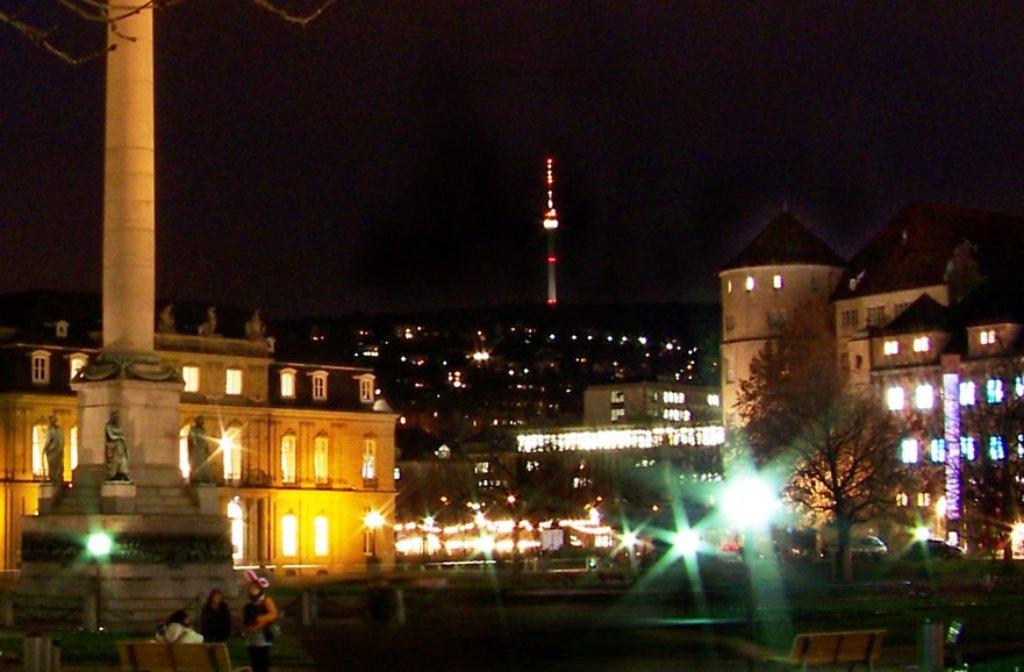Über dem leuchtenden Schlossplatz thront der Fernsehturm. Das Bild stammt aus 2013. Foto: Leserfotograf winciart