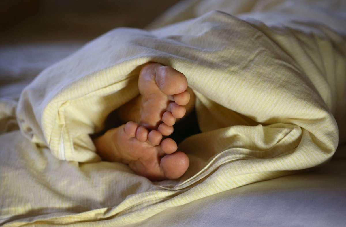 Laut Forschern sollen Menschen, die ihr Bett mit dem Partner teilen einen besseren und längeren Traumschlaf haben. Foto: dpa/Karl-Josef Hildenbrand