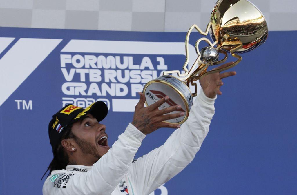 Ferrari hat Mercedes-Pilot Lewis Hamilton den Sieg in Russland auf dem Silber-Tablett serviert. Foto: AP/Luca Bruno