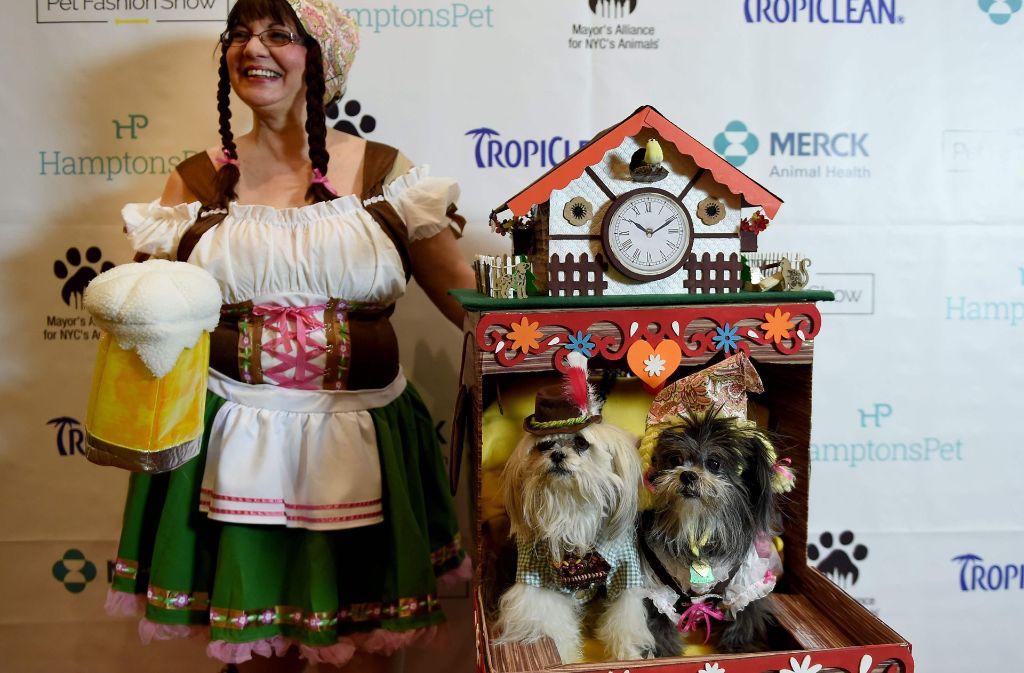 Das ist Deutschland, denkt jedenfalls Diana Lucchi, die sich auf der New York Pet Fashion Show mit ihren Hunden präsentiert – nebst Heidi-Zöpfen, Dirndl, Maßkrug und Kuckucksuhr. Foto: AFP