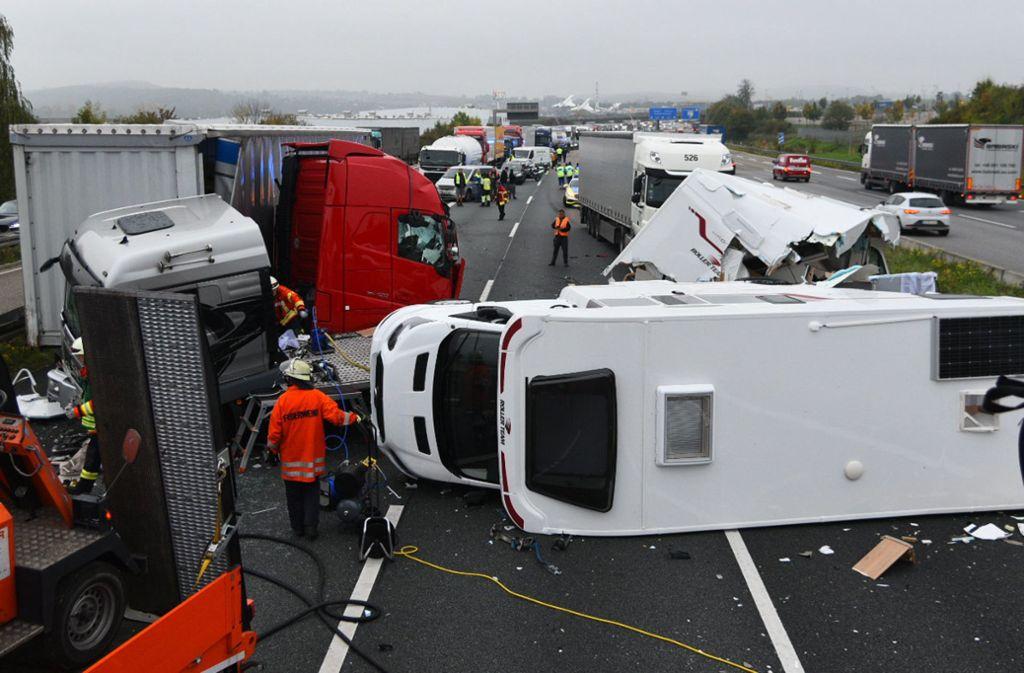 Ein schwerer Unfall hat sich am Donnerstag auf der A6 bei Sinsheim zugetragen. Foto: dpa/R.Priebe