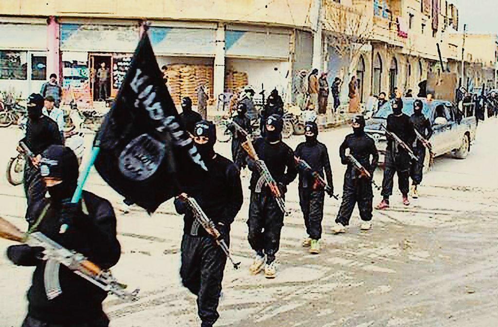 Siegesgewiss marschierten IS-Kämpfer einst durch die Stadt Rakka. Inzwischen sind sie vertrieben, doch ihre Flucht wirft viele Fragen auf. Foto: Militant Website