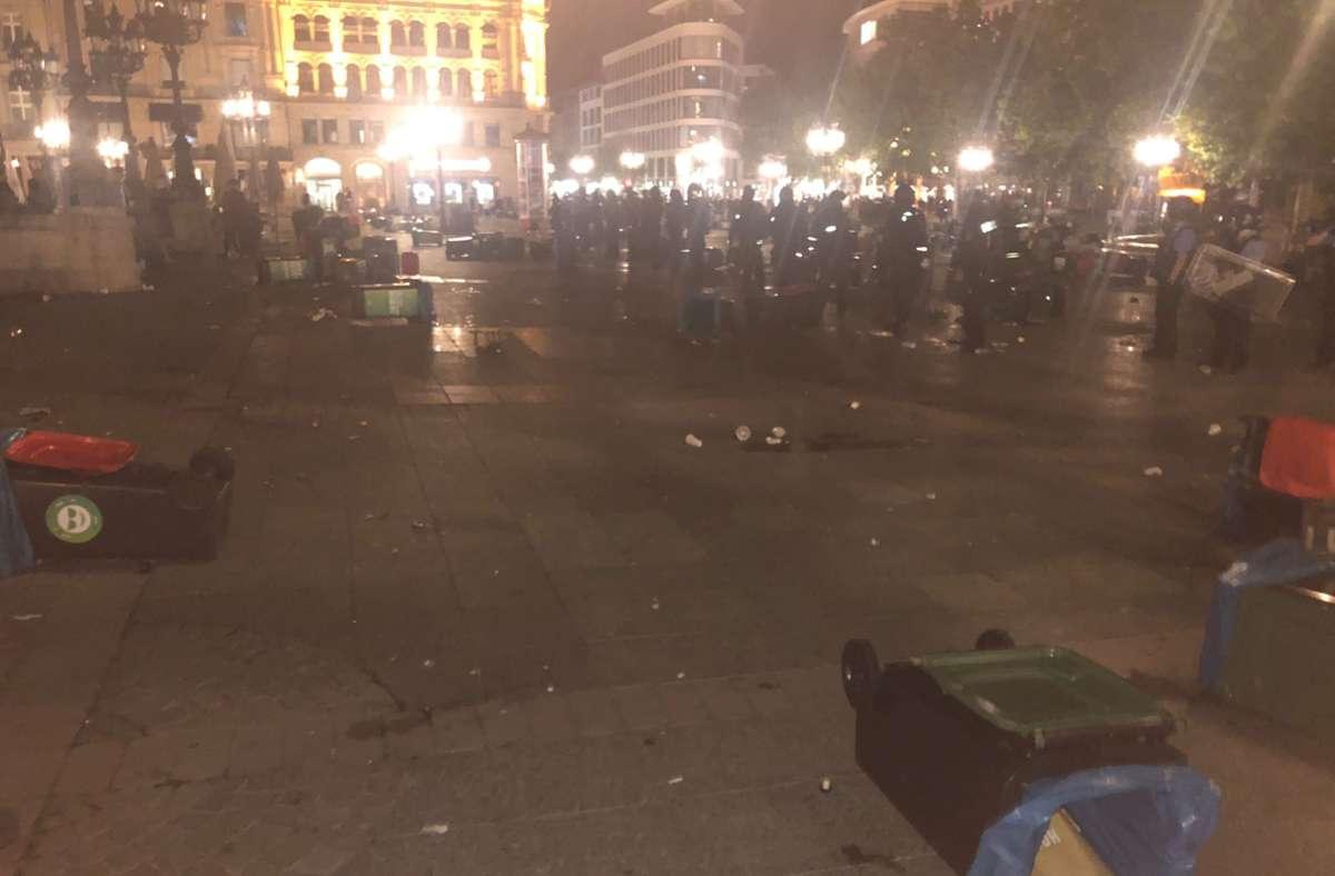 Die Frankfurter Krawallnacht – auf dem Opernplatz ist es zu schweren Ausschreitungen gekommen. Foto: dpa/Hit Radio FFH