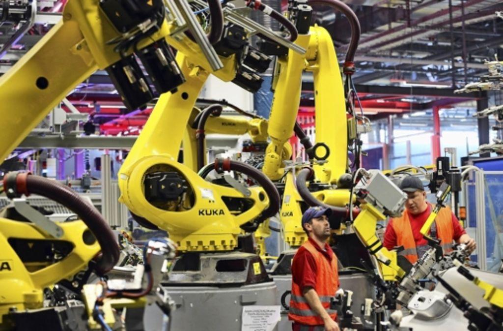 Der Roboter hat in der Autoproduktion – wie hier im Leipziger Porsche-Werk  – längst Einzug gehalten. Ganz überflüssig wird der Mensch aber wohl nicht werden. Foto: dpa-Zentralbild