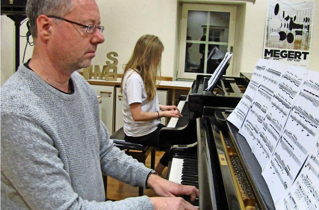 Besuch im Klavierunterricht in der Musikschule Waldenbuch: Musiklehrer Chris Geisler spielt zusammen mit einer Schülerin. Foto: Claudia Barner